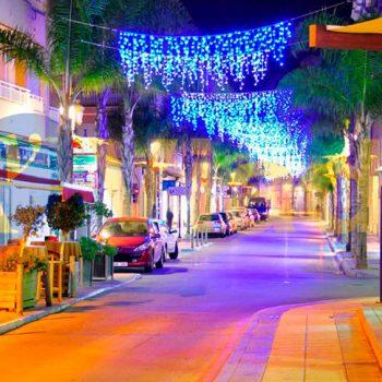 Bienvenida a la Navidad en una avenida comercial