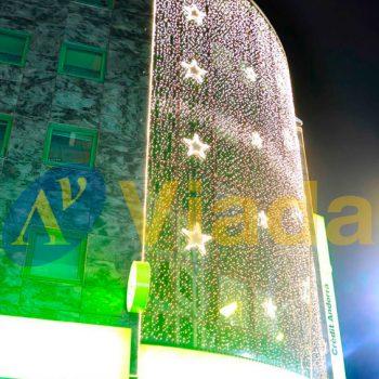Cortina y estrellas en la fachada de un centro comercial