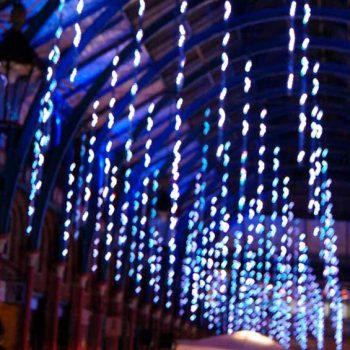 Gotas de luz, las luces LED en suave movimiento de caída