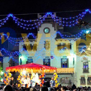Vive la Navidad decorando calles con guirnalda triple arco